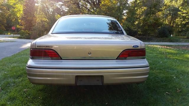 1992_ford_crown_victoria_4_dr_lx_sedan-pic-6420731935175846199-640x480.jpeg